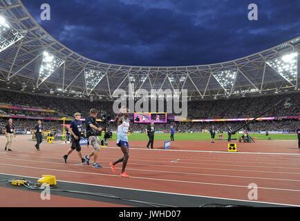 London, Großbritannien. 12 Aug, 2017. Mohamed FARAH (GBR) auf seinem Schoß Ehre am Ende der 5000m-Finale. IAAF Leichtathletik - Stockfoto