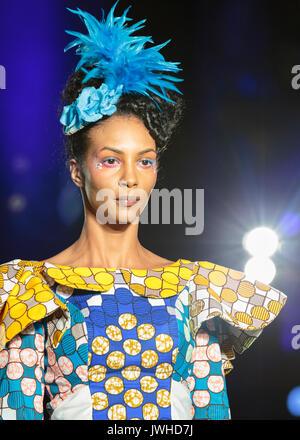London, Großbritannien. 12 Aug, 2017. Tag 2, 1. Die Luvita Creations Designs sind von Models auf dem Laufsteg präsentiert. - Stockfoto