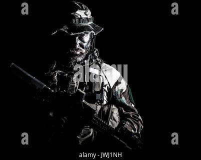 Special forces Usa im Tarnanzug Uniformen studio Shot halbe Länge schwarzen Hintergrund Bärtigen. Halten sie Waffen - Stockfoto