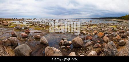 Ostseeküste mit Granitfelsen in bewölkten Tag. Entspannend und kalte Landschaft, weiten Panoramablick. - Stockfoto