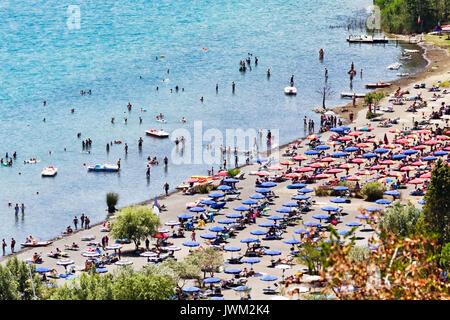 Touristen genießen Sonne und Wassersport in der Vulkan See von Castel Gandolfo - Rom - Italien - Stockfoto