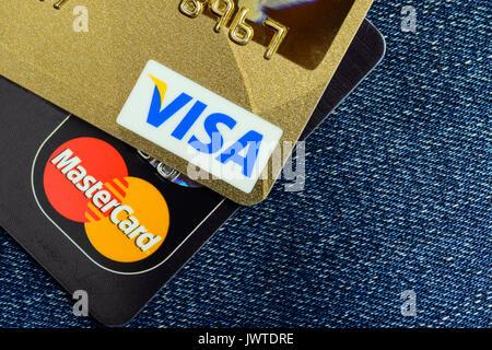 Moscowi, Russland - 05. August 2017: Visa und Mastercard Kreditkarten über Blue Jeans - Stockfoto