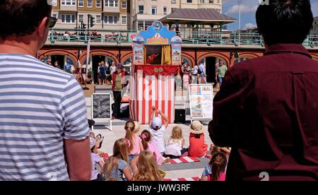 Brighton UK am 13. August 2017 - Kinder und Erwachsene genießen Sie ein traditionelles Kasperletheater auf Brighton - Stockfoto