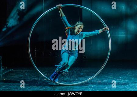London, Großbritannien. 14. August 2017. Ein Cyr rad Anzeige von Sarah Lett-Cirkus Cirkör der BRITISCHEN Premiere - Stockfoto