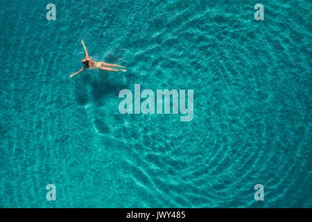 Luftaufnahme von schwimmen Frau in der Blauen Lagune. Mittelmeer in Ölüdeniz, Türkei. Sommer Marine mit Mädchen, - Stockfoto