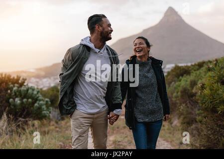 Junge Paar zusammen, Sommer Urlaub in der Landschaft. Wanderer Paar durch der Weg in die Landschaft. - Stockfoto
