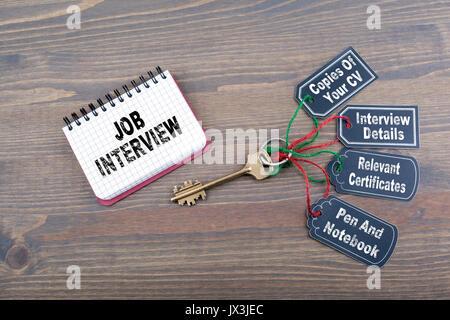 Vorstellungsgespräch Vorbereitung Konzept. Der Schlüssel zum Erfolg auf einer hölzernen Schreibtisch. - Stockfoto