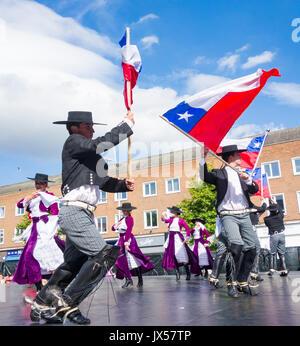 Tänzer aus Chile in der traditionellen Hueso (chilenische Cowboys) Kostüm Billingham Folklore Festival. UK (Hueso - Stockfoto
