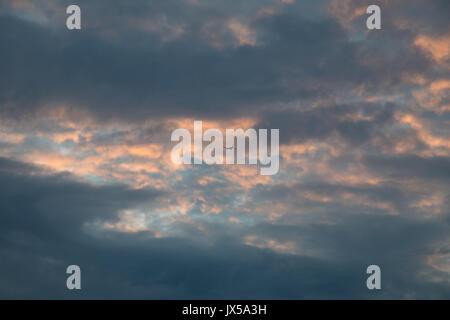 Silvertown, London, UK. 14. August 2017. UK Wetter: Abflug vom London City Flug in bewölkt orange Sonnenuntergang - Stockfoto