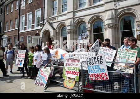 London, Großbritannien. 14. August 2017. Aktivisten aus Folie Vedanta und andere Gruppen protestieren außerhalb - Stockfoto