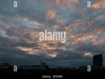 Silvertown, London, UK. 14. August 2017. UK Wetter: bewölkt orange Sonnenuntergang am London City Airport. Credit: - Stockfoto