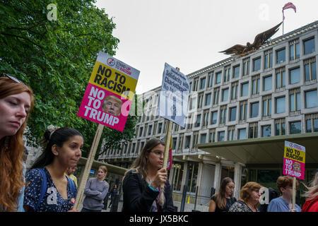 US-Botschaft: London, UK. 14. August 2017. Fans von Vereinen gegen den Faschismus halten eine Mahnwache vor der - Stockfoto