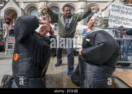 London, Großbritannien. 14 Aug, 2017. London, Großbritannien. 14. August 2017. Eine Demonstrantin gießt der Flaschen - Stockfoto