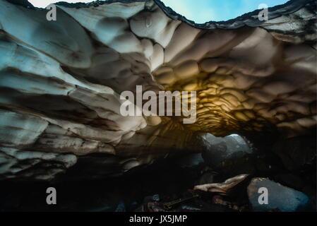 Kamtschatka, Russland. 12 Aug, 2017. Ein Gletscher am Fuße des Avachinsky aktiver stratovulkan. Credit: Yuri Smityuk/TASS/Alamy - Stockfoto
