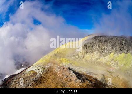 Kamtschatka, Russland. 12 Aug, 2017. Touristen am Krater des Avachinsky aktiver stratovulkan. Credit: Yuri Smityuk/TASS/Alamy - Stockfoto