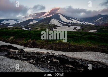 Kamtschatka, Russland. 12 Aug, 2017. Eine Ansicht des Avachinsky aktiver stratovulkan. Credit: Yuri Smityuk/TASS/Alamy - Stockfoto