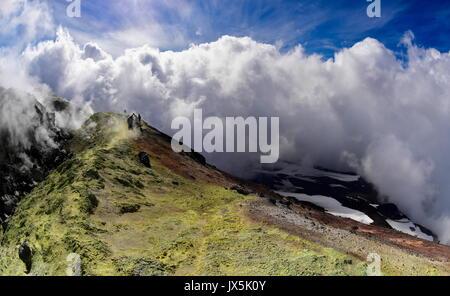 Kamtschatka, Russland. 12 Aug, 2017. Wolken über dem Krater des Avachinsky aktiver stratovulkan. Credit: Yuri Smityuk/TASS/Alamy - Stockfoto