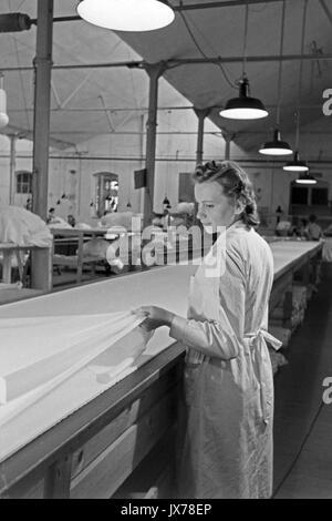Frau messen Gewebe in den Fallschirm Fabrik. - Stockfoto