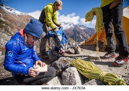 Expeditionsteilnehmer prüfen und Überprüfung der Pläne vor, in der Sie Klettern. - Stockfoto