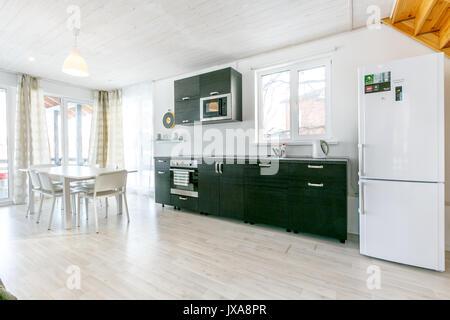 Weiße minimalistische küche interieur und design. fliesen wand