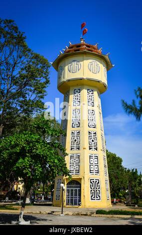 Alten Ziegel Wasserturm in Phan Thiet, Vietnam. Der Wasserturm wurde zwischen 1928 und 1934 errichtet und ist das - Stockfoto