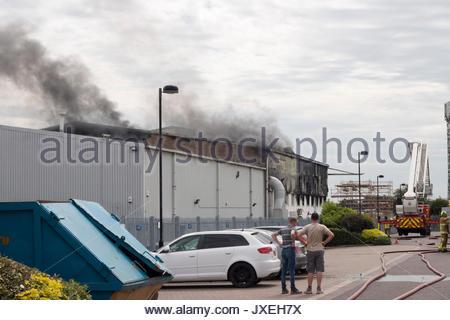 Southend On Sea, Essex, Großbritannien. 16. August 2017. Flughafen Feuer. Ein großes Feuer an der Luft Livery Hangar - Stockfoto