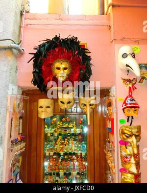 Venedig, Italien, 10. Mai 2014: venezianische Karnevalsmasken, Souvenir Shop auf einer Straße - Stockfoto