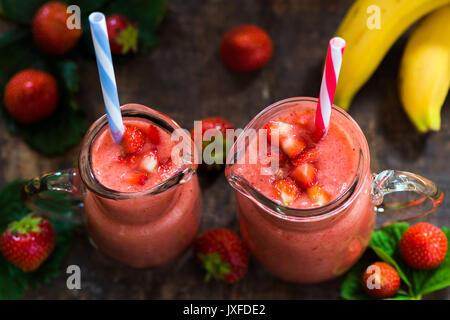 Frische Erdbeeren und Bananen Smoothie - Hohe Betrachtungswinkel - Stockfoto