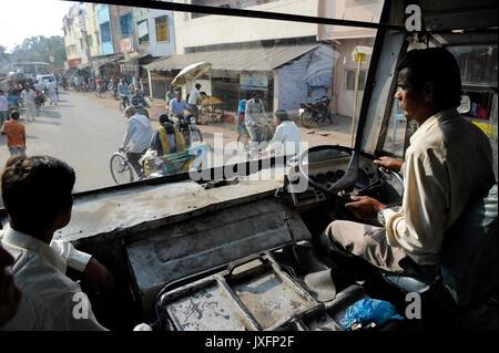 Indien U.P. Bundelkhand, Mahoba, Busfahrer in alten Bus am Arbeitsplatz/INDIEN Mahoba, Busfahrer in einem alten - Stockfoto