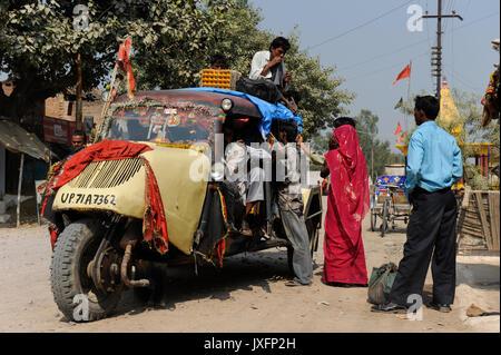 Indien U.P. Bundelkhand, Mahoba, öffentlicher Verkehr mit Tempo/Indien, altes Mahoba dreiraedriges Tempo Fahrzeug - Stockfoto
