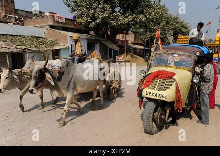 Indien U.P. Bundelkhand, Mahoba, öffentlicher Verkehr mit alten drei wheleer Tempo/Indien, altes Mahoba dreiraedriges - Stockfoto