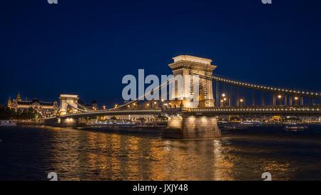 Beleuchtung an der Brücke über den Fluss Donau, Budapest, Ungarn, am Abend. - Stockfoto