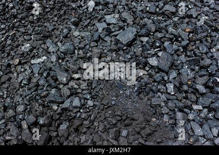 Stapel der Steinkohle bereit zum Brennen - Stockfoto