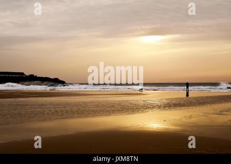 Mit einem Blick auf das Mittelmeer an der Lances Strand in Tarifa, Spanien, in der Dämmerung, und die Silhouette - Stockfoto
