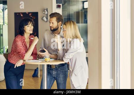 Unternehmer und Unternehmerinnen treffen im übrigen Bereich - Stockfoto