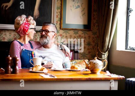 Skurrile Paar entspannen in der Bar und im Restaurant, London, England - Stockfoto