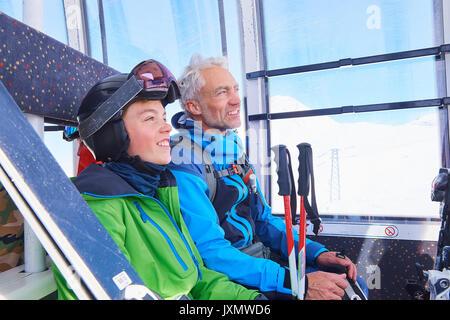 Vater und Sohn in der Seilbahn, Hintertux, Tirol, Österreich - Stockfoto