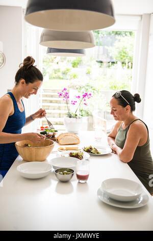 Zwei Freunde genießen Salat Mittagessen - Stockfoto