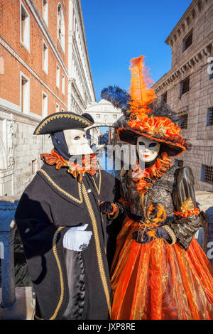 Karneval Masken gegen die berühmte Seufzerbrücke in Venedig, Italien - Stockfoto