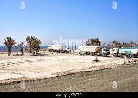 Dubai, Vereinigte Arabische Emirate - Mai 03, 2017: Kipper auf einer Baustelle an der Straße zwischen Dubai und - Stockfoto