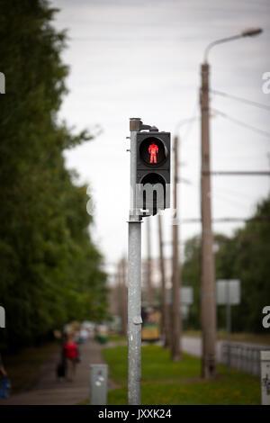 Fußgängerampel mit roten STOP-Signal - Stockfoto