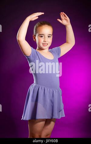 Studio portrait Foto von einem 7 Jahre alten Jungen weißen Tänzerin Tanz Kleidung tragen - Stockfoto
