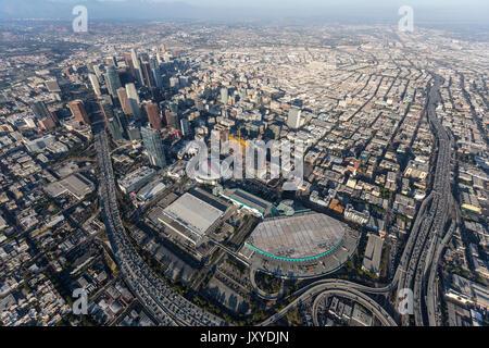 Los Angeles, Kalifornien, USA - 7. August 2017: Luftaufnahme von Convention Center Gebäude, Autobahnen und der Innenstadt - Stockfoto