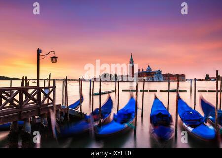 Lebendige Dämmerung über die Insel San Giorgio Maggiore aus nur aus St. Markusplatz in Venedig, Italien gesehen. - Stockfoto