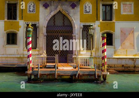 Eingang zu einem Gebäude am Grand Canal in Venedig, Italien - Stockfoto