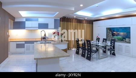 Modern eingerichtetes Apartment mit Wohnzimmer, Esszimmer, großer ...