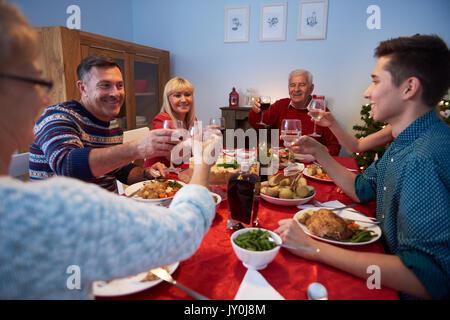 Familie einen Toast für ein glückliches Jahr - Stockfoto