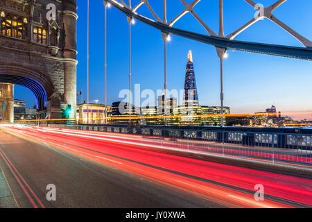 UK, London, lange Belichtung des Verkehrs Trail an der Tower Bridge mit Blick auf den Shard und City Skyline im - Stockfoto