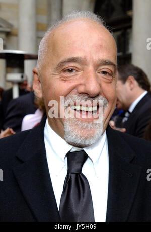 (Dpa) - Die brasilianische Autor Paulo Coelho Lächeln, als er für die Preisverleihung bei der Handelskammer in Hamburg, - Stockfoto