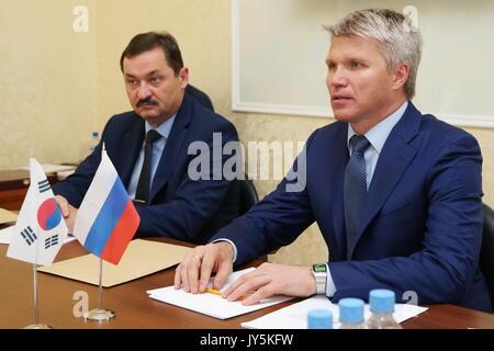 Moskau, Russland. 18 Aug, 2017. Russlands Sport Minister Pavel Kolobkov (R) bei einem Treffen mit Südkorea Botschafter - Stockfoto